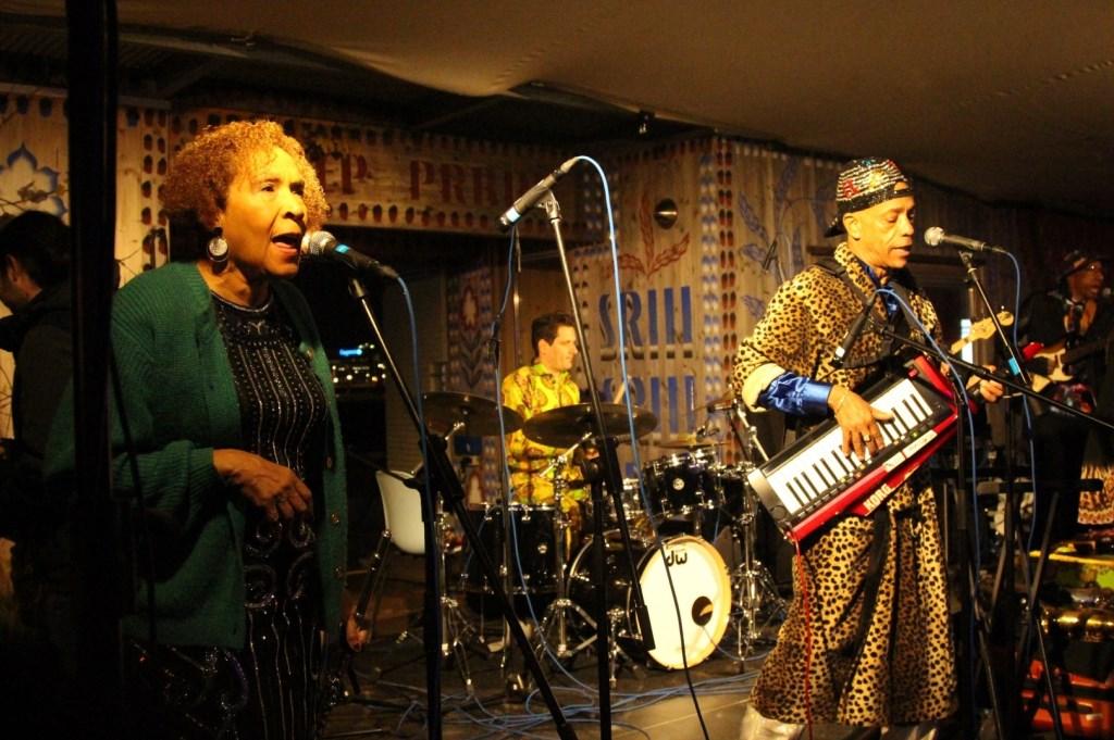 Natuurlijk kon iedereen ook genieten van muziek, dans en lekkere hapjes. Foto: Johan Maaswinkel © DPG Media