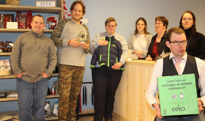 Cliënten van WerkSaam zijn trots op hun nieuwe winkel in Poortwijk. (foto: Koos Romeijn)