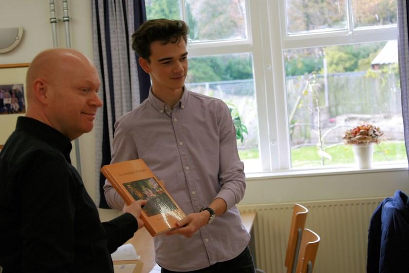 Marcel Monteba (links) feliciteert namens WSDV Machiel Weistra met zijn wereldtitel en biedt hem een damboek aan.