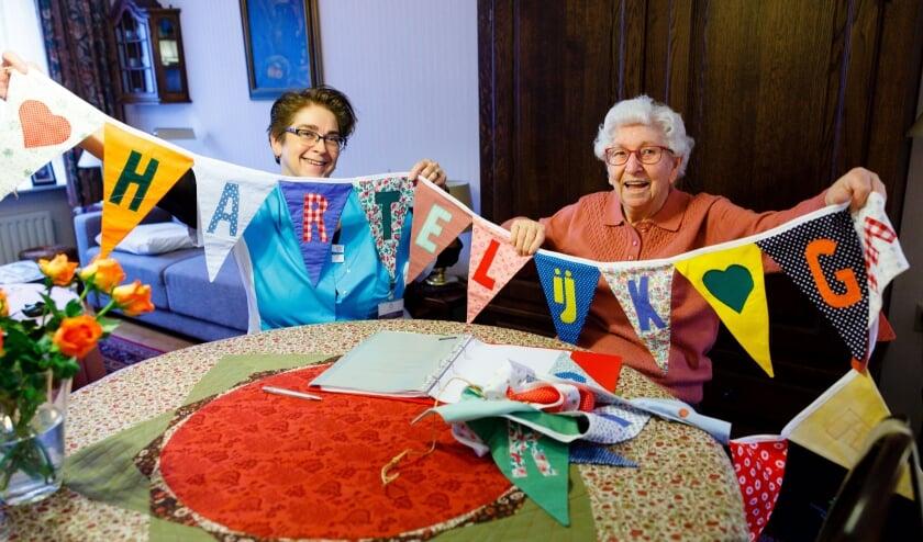 Anita Ronckers, werkzaam als Senior Zorghulp bij Sint Annaklooster, op bezoek bij mevrouw Van der Heijden in Geldrop. (Foto: Bram Saeys).