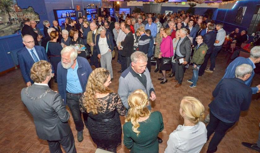 Een druk bezochte afscheidsreceptie van burgemeester Pieter Verhoeve en zijn gezin in De Klepper. (Foto: Paul van den Dungen)