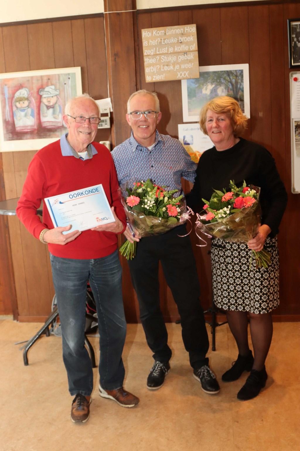 Links - de heer Henk Hankel  (70 jaar muzikant) Midden - Bart Schellevis, secretaris Harmonie Unisono Velp Rechts - mevrouw Ans Roelofs (12,5 jaar lid) Foto: Koos Roelofs uit Duiven- foto's rechtenvrij te gebruiken © DPG Media