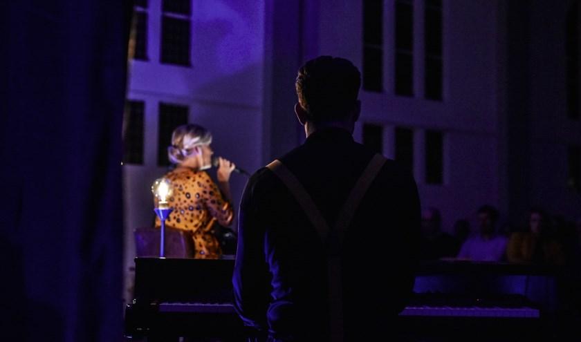 Pianist Dennis de Bruijn en zangeres Jocelynn van den Berg.