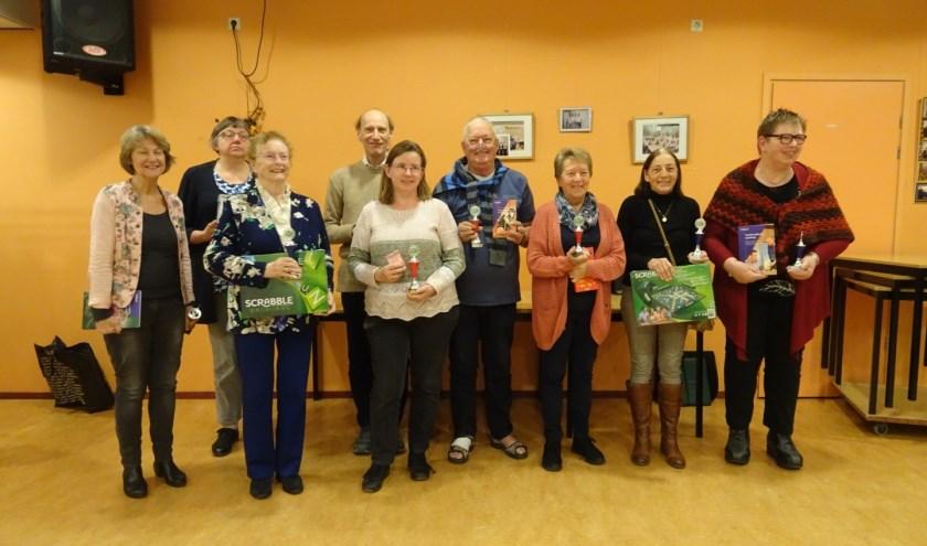 De negen winnaars waaronder Alpha-beten Ineke Verheij ( links) Joke Tervooren (derde van rechts) en Ria Visser (tweede van rechts)