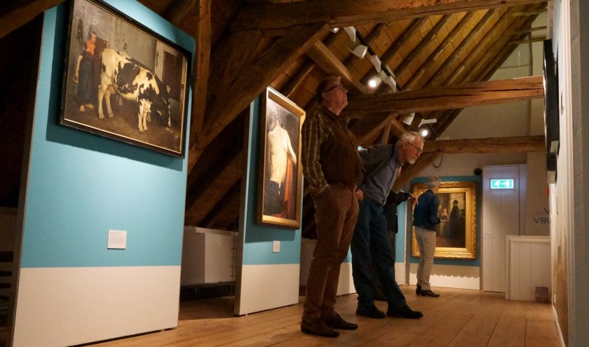 Bezoekers kijken naar de nieuwe tentoonstelling 'In Vervoering van Voerman'. (foto: Voerman Museum Hattem)