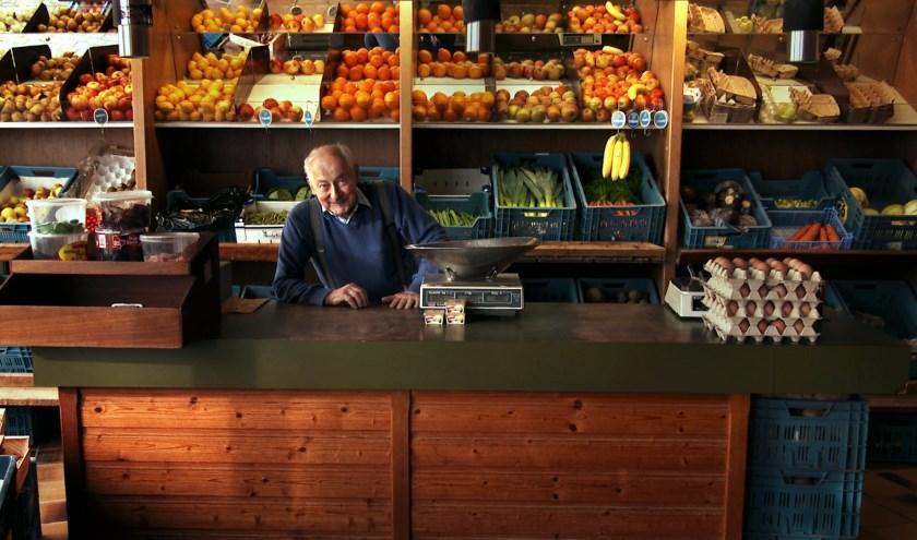 Adrie Trimpe in zijn groentezaak in de binnenstad van Vlissingen.