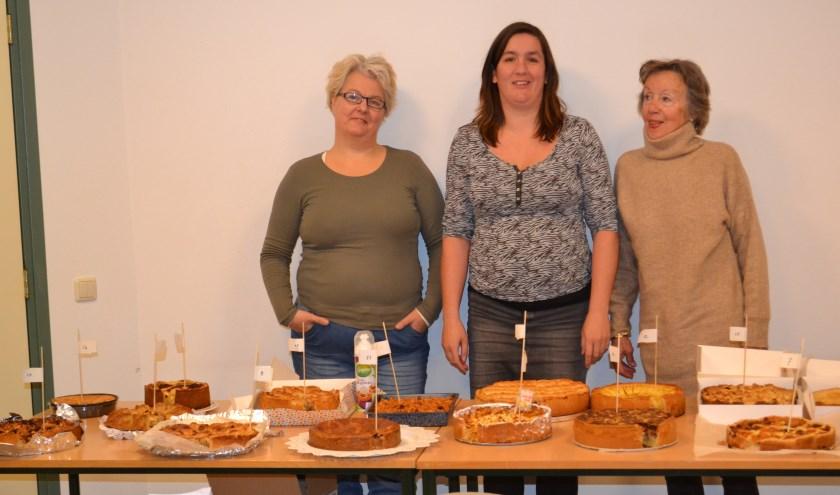Drie enthousiaste taartenbakkers achter de taarten.Foto: Wil Kamping