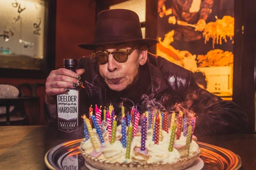 Als onze nachtburgemeester de leeftijd van van 75 bereikt, krijgt-ie van De Havenloods natuurlijk taart bij het interview... (Foto: Caro Linares)