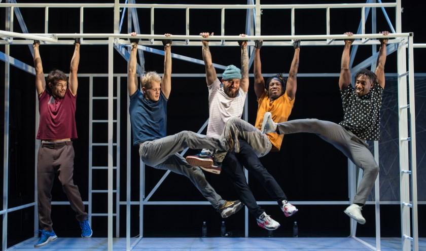 Vijf virtuoze dansers verkennen hun fysieke grenzen en gaan daarbij tot het extreme.