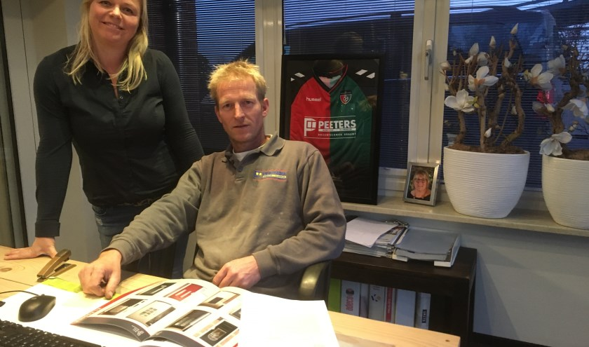 Daniëlle en Rob in het kantoor van de showroom. Op de achtergrond het shirt van VV Montferland. (foto: Karin van der Velden)
