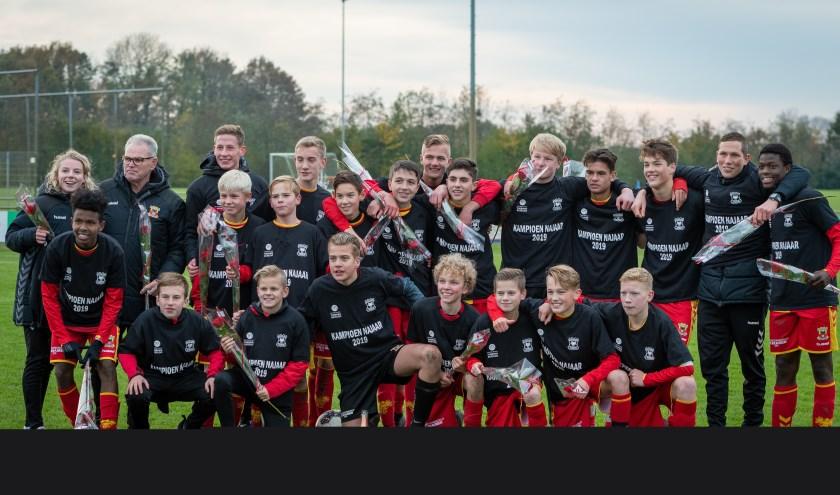 Het kampioensteam van Go Ahead Eagles Onder-15. In elf wedstrijden pakte de ploeg van Tristan Berghuis maar liefst 31 van de 33 mogelijke punten. (Foto: Carlo Bruil)