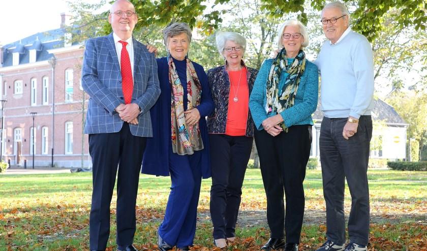 Het bestuur vlnr: Mart, Mieke, Brezetta, Lia en Huib, organiseert het  feest t.g.v. van 50 jaar Sociëteit Aalst-Waalre. Foto: Theo van Sambeek.