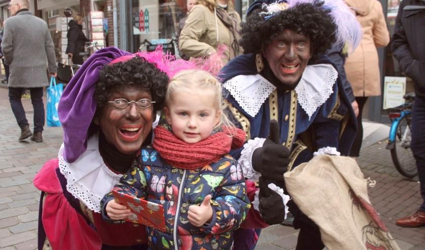 Een paar pieten in de stad zijn goed voor véél foto's met de kinderen. (Foto: Lysette Verwegen)