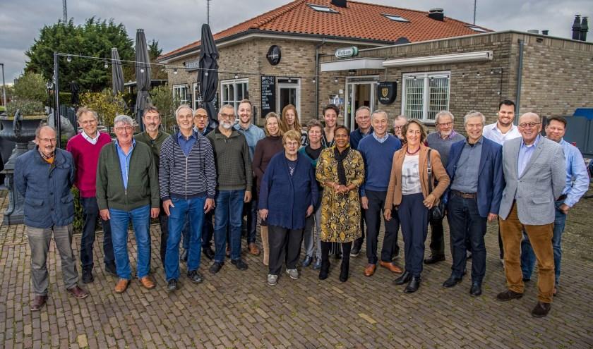 De vrijwilligers gingen ook nog op de foto met wethouder Nico van Veen. Foto: Frank de Roo