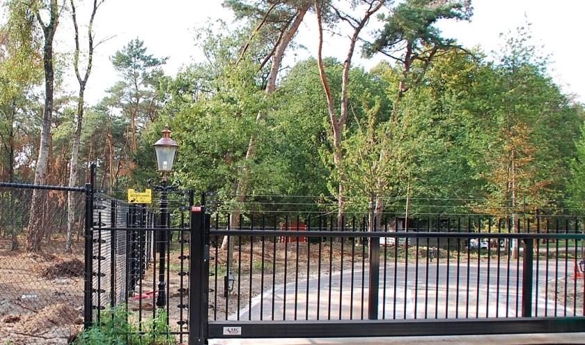 Het hekwerk van Jan de Rooy moet alsnog weg, oordeelt de gemeente. Ook bomenkap en bijgebouwen moeten ongedaan gemaakt worden.