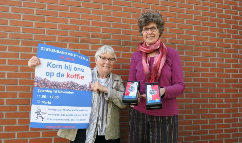 Leonie Zweekhorst (links) en Ria van Oostveen (rechts) van Stedenband Delft-Estelí nodigen u uit op de koffie (Foto: Annemarie Oorthuizen)