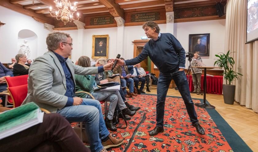 Kritisch centrumplan volger Hendrik Jan Hoorn neemt de microfoon terug van GroenLinks fractievoorzitter Ronald Camstra.