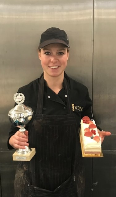 Blij met de behaalde prijs tijdens de bakkersvakwedstrijden in Drachten. (Eigen foto)