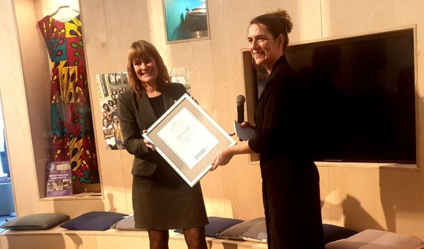 Mariska van Elsen kreeg namens Theater Zuidplein het ERE- certificaat overhandigd.