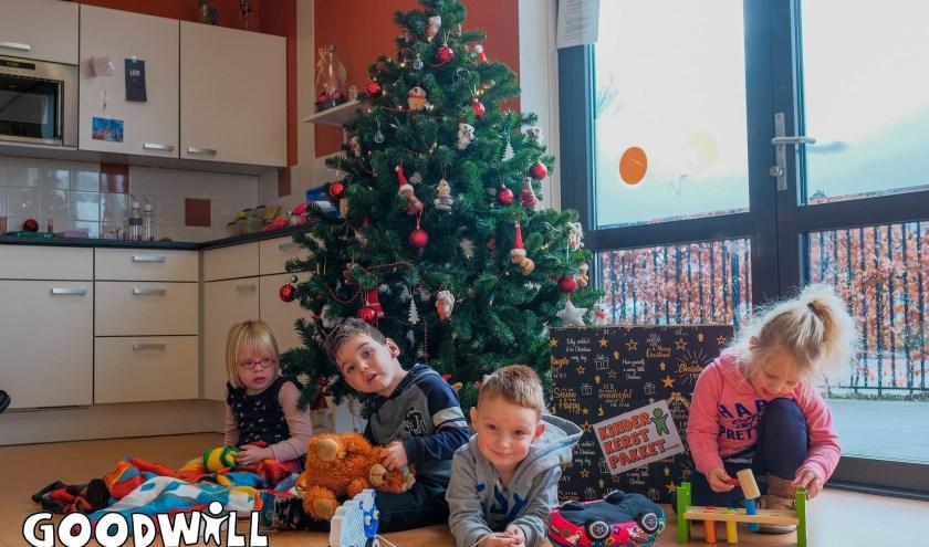 De kinderen van 't Kempske met hun Kinderkerstpakket. (foto: www.Goodwill.nl)