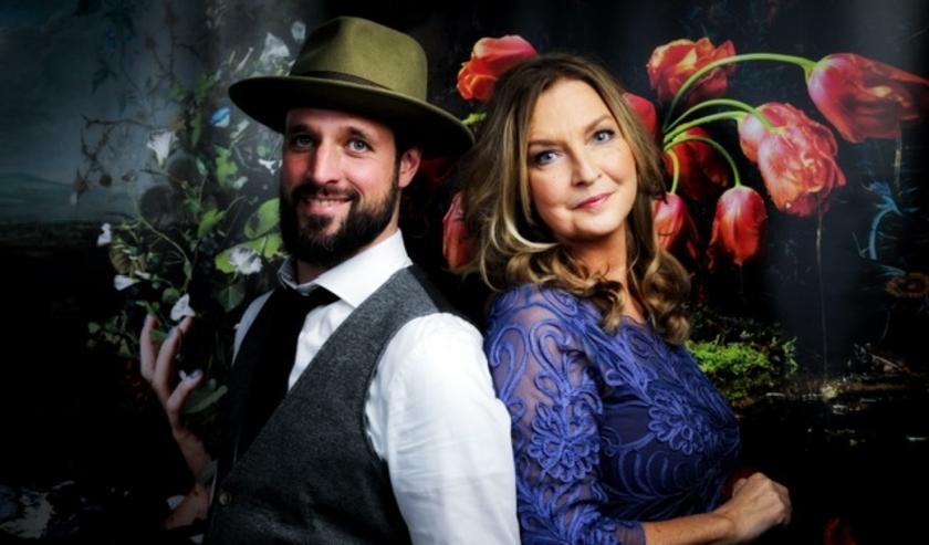 Presentatrice Hella van der Wijst is bekend van programma's als Geloof Hoop en Liefde en Ik Mis Je. Zij wordt terzijde gestaan door zanger en pianist Lars Zebregs.