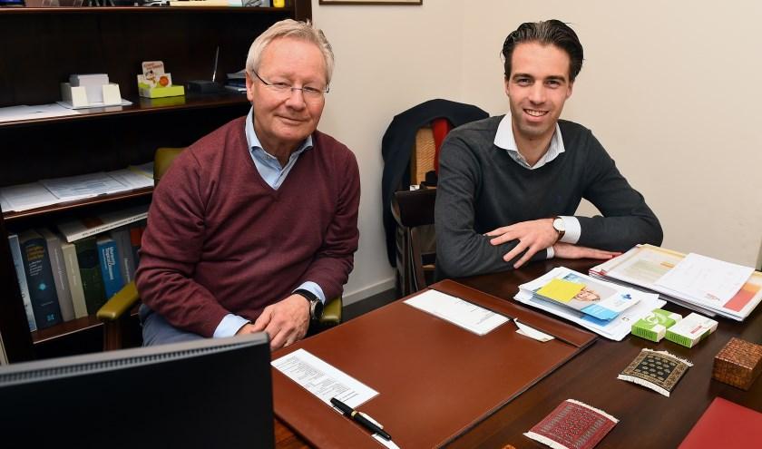 Dokter Frank Jansen (links) en zijn opvolger Tijmen Tomesen. (foto: Roel Kleinpenning)