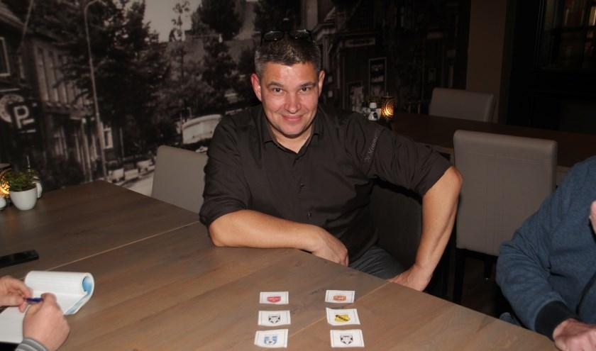 Henk Huiskamp verrichtte de loting van het toernooi om de Eet- en Drinkcafé De Slimmerick Wisselbeker.