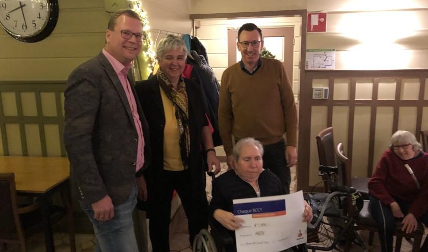 Uitreiking geld cheque ter waarde van 1500 euro, heren zijn Gerwin Peper en Geert Morsinkhoff, dames zijn Anneke Kohn, in rolstoel en Lidy Schoolkate Voorzitter HGOV.