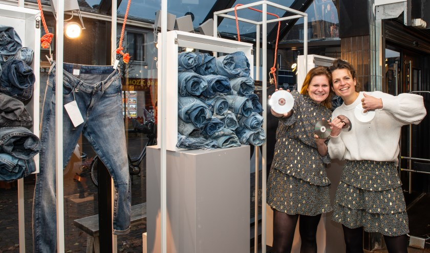 Lucienne Draaijer en Nadine Feith gaan 13 december plaatjes draaien voor het goede doel. Hun Top 200 Café komt in de etalage van Dick.And.Co.
