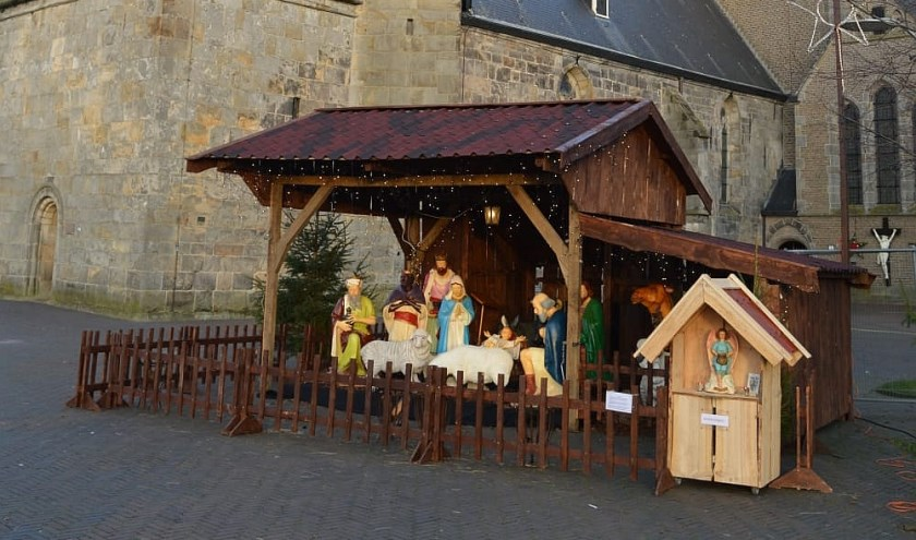Bestond Kerstdorp Denekamp vorig jaar nog uit een kerststal, herberg en schapenverblijf, dit jaar wordt het uitgebreid met een grote toegangspoort en historische gevels. Het dorp breidt komende jaren nog veel meer uit dankzij de inzet van inwoners.
