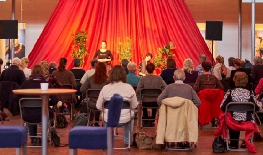 Maandelijks terugkerende gratis stoelyogales met live muziek van professionele muzikanten in de foyer van het theater door Yogastudio Yoia.