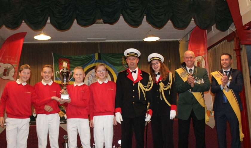 De 4 vendelkampioenen en hun commandanten, voorzitter en koning van Federatie St. Hubertus