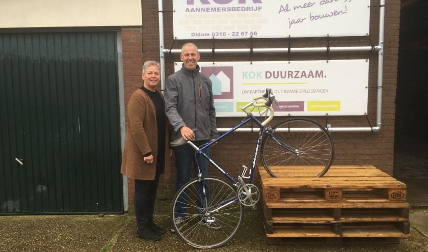 Dagmar en Reem Kok praten tussen het werk door geregeld over hun grote hobby wielrennen. (foto: Karin van der Velden)