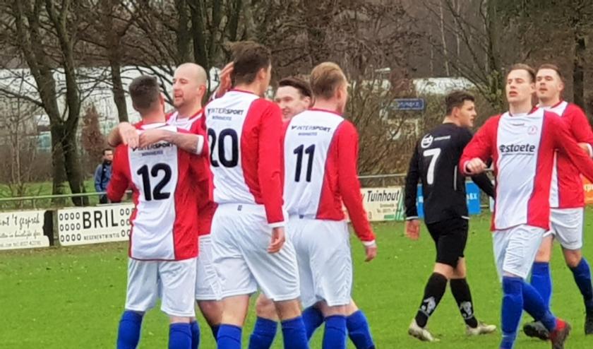 Blijdschap bij de spelers van ONA '53 na een doelpunt in het duel met Dodewaard. Blijdschap is er nu weer, want de KNVB berichtte dinsdagmiddag, dat de Wageningers volgend seizoen mogen gaan uitkomen in de 3e Klasse.