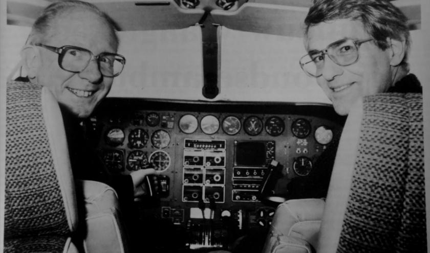 Burgemeesters Klaas Broekens (l) en Jan Hein Boone (r) vlak voor vertrek met het Zes Sterrenstad Vliegtuig. Foto: Joop Dorst