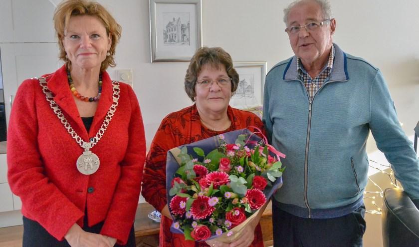 Burgemeester Petra van Hartskamp kwam donderdagmorgen Nel en Jan van der Klij-den Besten namens de gemeente feliciteren met hun gouden huwelijk. (Foto: Paul van den Dungen)