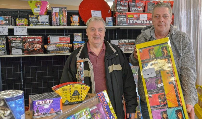 Henk en Willem Ahles verkopen met China-Red al 20 jaar vuurwerk in zowel Oudewater als in Driebruggen. (Foto: Paul van den Dungen)