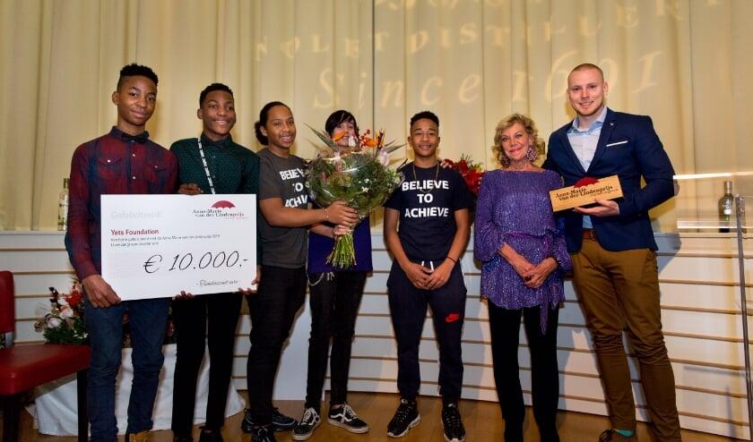 <p>Vorig jaar won de Yets Foundation uit Vlaardingen het grootste deel van het prijzengeld voor de ondersteuning van kwetsbare jongeren. Anne-Marie staat tweede van rechts.</p>