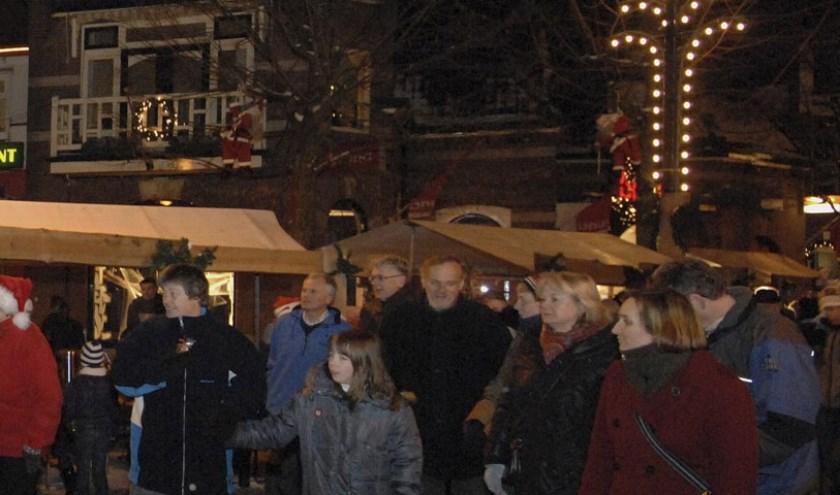 Zaterdagmorgen hollen of wandelen er een paar honderd Kerstmensen over de Dickens Fair, voor drie goede doelen.
