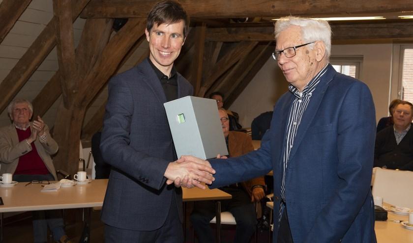 Jan de Vries overhandigt archief aan Vincent Robijn.