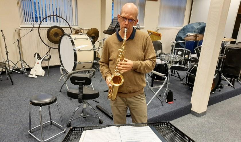 Voorzitter Hanno Luteijn bespeelt de klarinet. Het repetitielokaal aan de Schoolstraat moet de vereniging eind deze maand leeg opleveren. Een nieuw onderkomen is er nog niet. (Foto: Martin Brink/DPG Media)