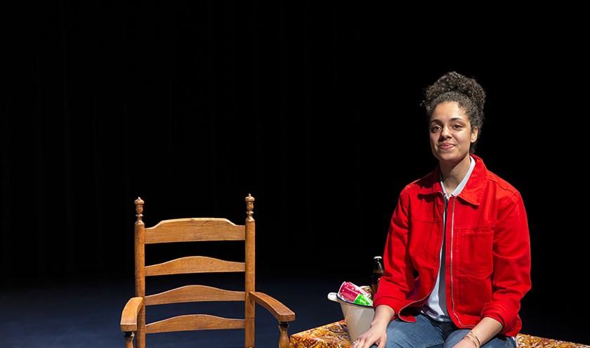 Rosa Weekers speelt vrijdag 6 december haar voorstelling Parbo Oema in het Maaspodium Rotterdam