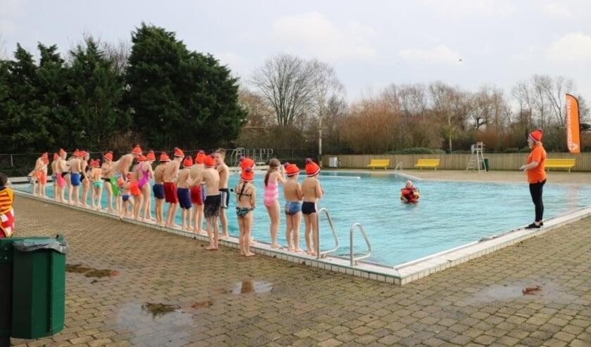 <p>Het bestuur van zwembad De Hoorn vraagt de gemeente mee te werken om het buitenbad te openen. Foto: archief</p>