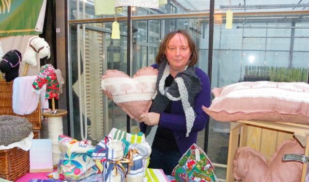 """Carla van Diemen sloeg een nieuwe weg in met haar eigen label 'Handmade recycled by Carla'. """"Je moet je nooit laten weerhouden als je echt iets wilt.""""  Foto: Morvenna Goudkade © DPG Media"""