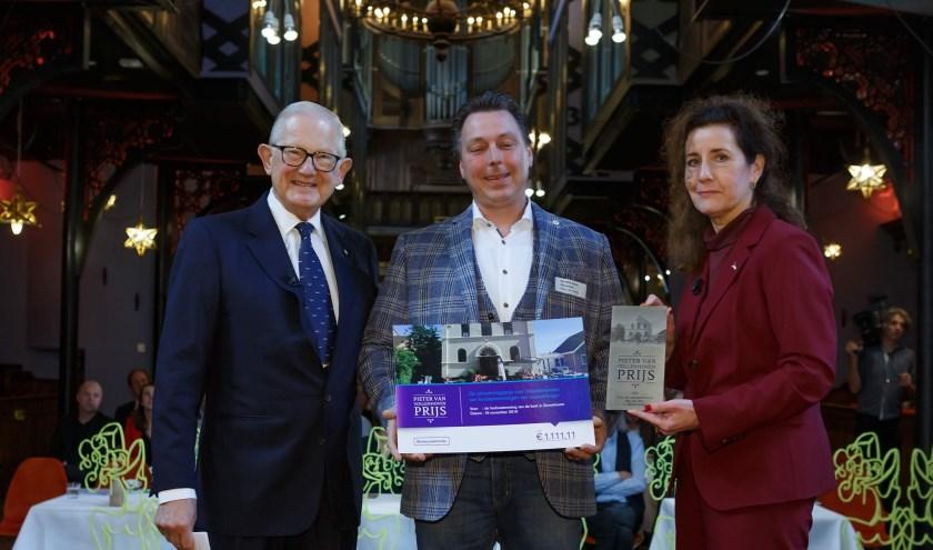 Albert den Hertog ontving zijn prijs uit handen van minister Ingrid van Engelshoven en Pieter van Vollenhoven. Foto: Joost Enkelaar Fotografie