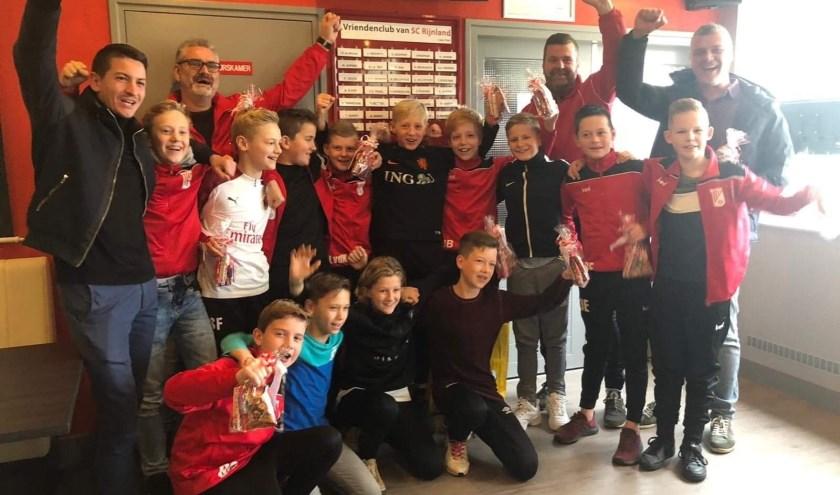 Spelers J013-1 en hun trainers Patrick v/d Kamp , Raymond Giesen, Robin Snelders en Rubben Ebbers