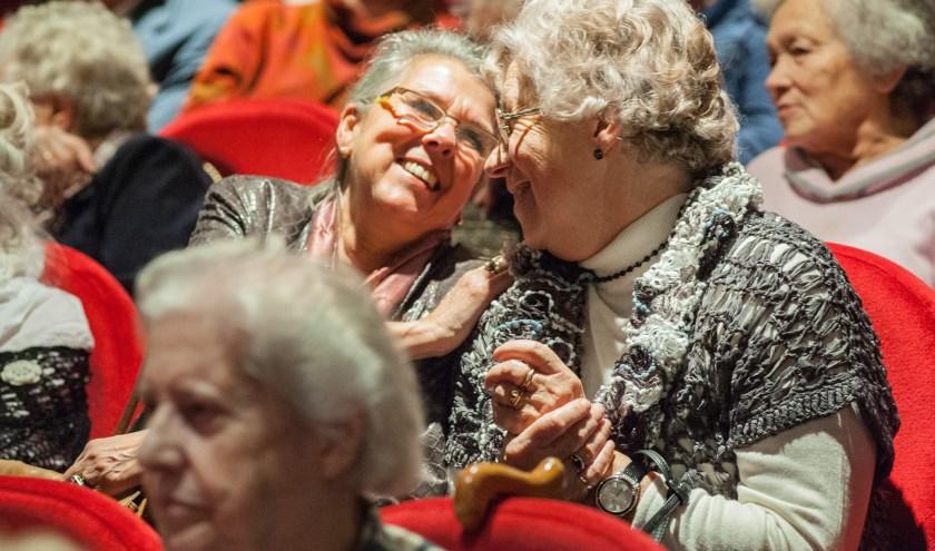 Gasten genieten tijdens een uitje van Stichting Vier het Leven.