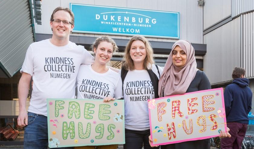 Het Kindness Collective Nijmegen deelde zaterdag meer dan 100 gratis knuffels uit aan het winkelend publiek in Winkelcentrum Dukenburg.