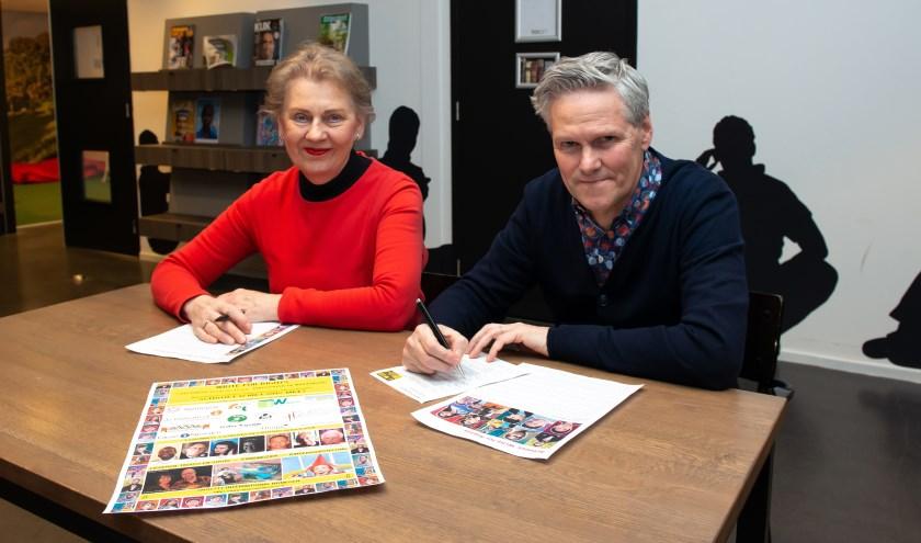 Hélène van der Gijp en Harry de Ridder van Amnesty Nijmegen benadrukken het belang van Write for Rights. (Foto: Maaike van Helmond)