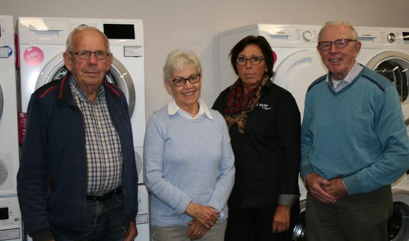 De heer en mevrouw De Haas ontvangen hun prijs: een nieuwe wasmachine.